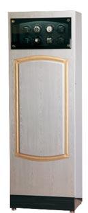 Шкаф для подзавода 32-х механических часов выполнен из натурального дерева.