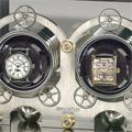 Коллекция Эксклюзивные шкатулки для часов 14 наименований стоимостью от 100000 до 11440000 руб. В коллекции шкафов и шкатулок для подзавода часов от Erwin Sattler каждая модель эксклюзивна.  Прочный корпус  из ценных пород дерева, надежный и точный механизм, USB-порт, дистанционное управление.  Благодаря высокому качеству и точности такая шкатулка — идеальное место хранения механических часов. Любая из этих роскошных шкатулок станет изюминкой интерьера. Особенно интересна модель TROJA: точность маятниковых часов Classica Secunda уже стала легендарной, а название модели оправдывает тайник в задней части корпуса.