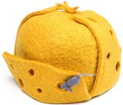 Весёлая шапка-ушанка в виде сыра с маленькой мышкой на козырьке.