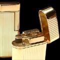 Коллекция Кремниевые зажигалки Im Corona 39 наименований стоимостью от 2890 до 7404 руб. Зажигалка – не просто приятная мелочь, это аксессуар, который многое может рассказать о своем владельце. В коллекции зажигалок Im Corona с хромированным, палладиевым или лаковым покрытием, с отделкой из кожи, натурального дерева обязательно найдется зажигалка, идеально подходящая в качестве подарка Вашим близким, друзьям или знакомым. Основная цветовая палитра коллекции – матовый серебристый, золотой, черный. Стильный дизайн корпуса, разнообразие форм и расцветок, гладкая, рельефная, комбинированная поверхность, интересные сочетания тонов и отделки.