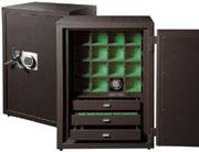 Очень надежный и безопасный сейф для подзавода 16 часов с тремя дополнительными ящиками для хранения драгоценностей. Работает как от сети, так и от батареек