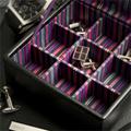 Коллекция Шкатулки для хранения запонок 29 наименований стоимостью от 2690 до 11250 руб. Шкатулка для запонок – это лучший подарок для стильного мужчины. Внутри каждая шкатулка разделена на множество небольших ячеек, для парного хранения запонок. Удобство обусловлено прежде всего тем, что запонки никуда не закатятся и не потеряются в будничной суете. Шкатулки LC Designs выполнены в строгом деловом стиле и всегда подчеркнуто элегантны.