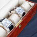 Коллекция Боксы для хранения часов 49 наименований стоимостью от 4990 до 14990 руб. Часы уже давно перестали выполнять исключительно номинативную функцию и превратились в один из главных атрибутов современного делового мира. Создать комфортные условия для хранения ваших механических или кварцевых часов вам помогут шкатулки LuxeWood признанного во всем мире немецкого бренда. Многообразие моделей позволяет каждому потенциальному покупателю выбрать себе изделие сообразно своим предпочтениям по цвету и оформлению. Внутренняя отделка может быть выполнена из серого велюра либо синтетической кожи высокого качества, а мягкие бархатные валики придают изделию необходимый домашний уют и гармонию. В зависимости от конструкции и функциональной оснащенности в шкатулках ЛюксВуд может храниться одновременно до 25 часов.