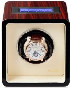 Шкатулка для подзавода 1-х механических часов выполнена из натурального дерева, покрыта рояльным лаком.