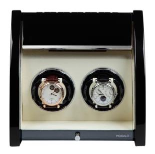 Шкатулка для подзавода 2-х механических часов выполнена из натурального дерева, покрыта  черным рояльным лаком.