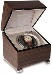 Шкатулка для подзавода 1-х механических часов имеет два режима вращения. Корпус шкатулки изготовлен из дерева с гладкой, отполированной поверхностью.