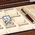 """Коллекция Шкатулки для 9 часов 9 наименований стоимостью от 17712 до 29500 руб. Кожаные шкатулки для хранения часов """"Renzo Romagnoli"""" – это качественная классика, заслужившая признание широкой аудитории. Невероятно аккуратная работа говорит о пристальном внимании к деталям. Лёгкость форм, элегантный дизайн и безупречная внутренняя отделка создают самое приятное впечатление. Рассчитанная на 9 моделей шкатулка от """"Renzo Romagnoli"""" достаточно функциональна и гарантирует владельцам часов абсолютный комфорт в использовании."""