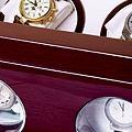 Коллекция Шкатулки для автоподзавода часов 16 наименований стоимостью от 9400 до 47500 руб. В коллекции бюджетных шкатулок для хранения и подзавода часов SMARTWINDER можно подобрать бокс для часов соответствующий любым потребностям: здесь есть различные по вместительности и габаритам модели с прозрачными дверцами и закрытые боксы для поздавода одних часов. Этот прекрасный подарок украсит интерьер и сэкономит массу времени  ценителю механических часов