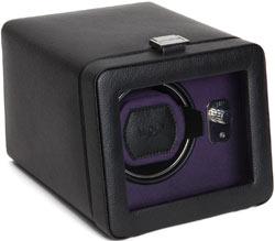 Внешняя отделка шкатулки выполнена из экокожи черного цвета. Внутри шкатулка завершена текстурированной тканью фиолетового цвет