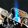Коллекция Газовые зажигалки Zippo 12 наименований стоимостью от 3200 до 4650 руб. Коллекция газовых зажигалок Zippo несколько отличается от классических бензиновых Zippo плавными линиями корпуса и экспрессивной гравировкой.  Мощный корпус с большим резервуаром для топлива и удобным индикатором расхода горючего повышают функциональность зажигалки. Газовые зажигалки Zippo – выразительный, надежный, и удобный источник огня.
