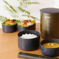Коллекция Термос для еды 1 наименование стоимостью от 9999 до 9999 руб. Для сохранения блюд горячими принято использовать специальные термосы — пищевые. Японская компания Zojirushi  создает удобные, эргономичные и легкие термосы, которые превосходно сохраняют температуру продуктов.  Пищевой термос Zojirushi имеет пластиковый корпус, что значительно снижает вес изделия. Термос укомплектован контейнерами для еды, которые можно использовать в микроволновой печи, столовыми приборами и съемным ремнем для переноски.